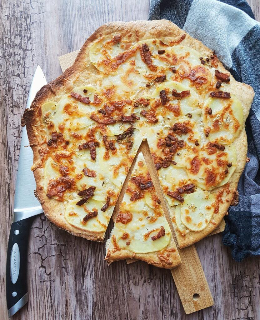 Kartoffelpizza med bacon og rosmarin