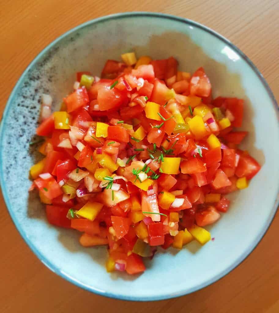 Veggiedeller med hjemmelavet tomatsalsa og lynhurtige madbrød