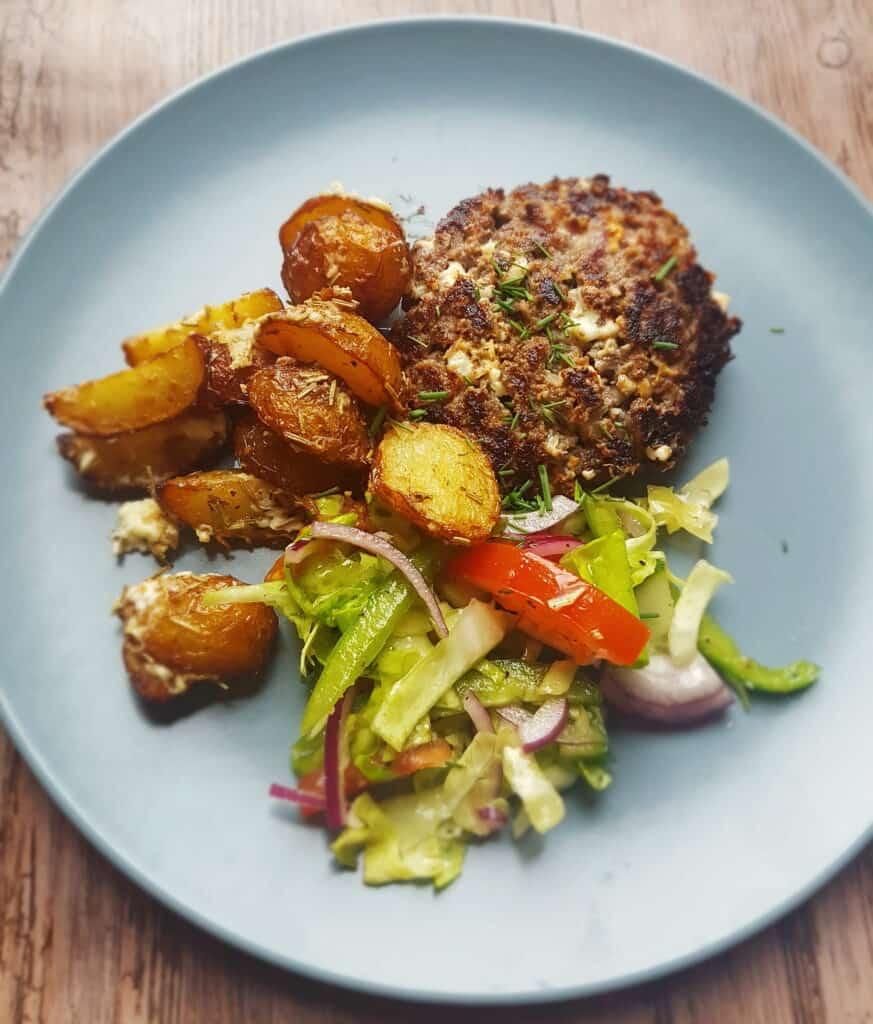 Græsk bøf med ovnkartofler og græsk kålsalat