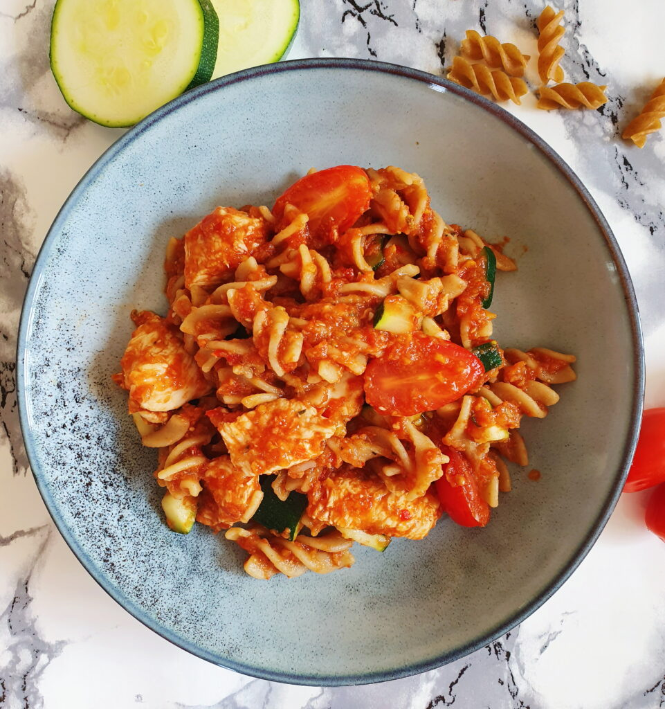 One pot pasta med kylling, tomat og squash