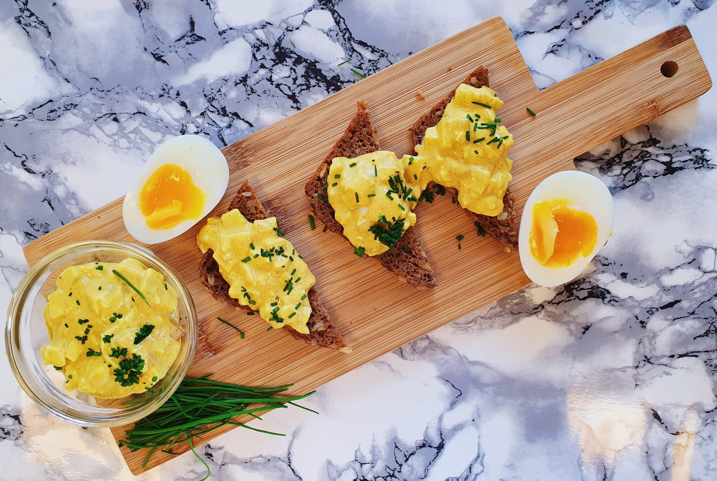 Æggesalat på bræt med rugbrød