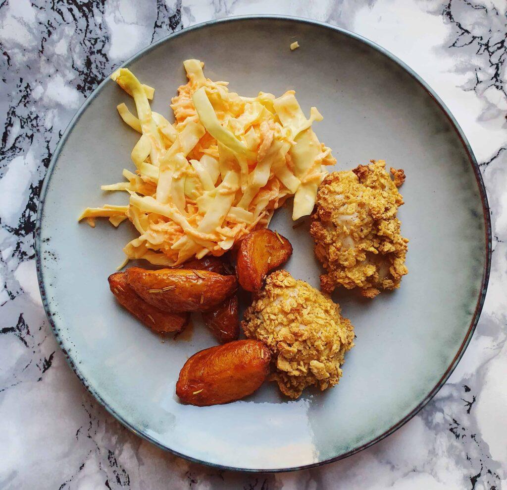 Crispy kylling med coleslaw og ovnkartofler