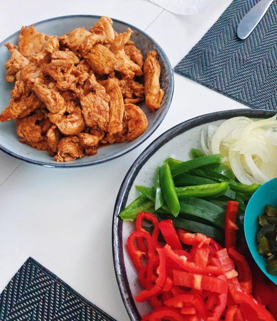 Hjemmelavede pitabrød med kyllingshawarma og salat