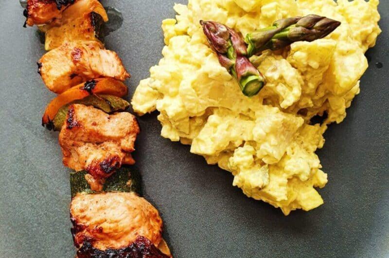 Marinerede kyllingespyd og kartoffelsalat m. blomkål, karry og æble