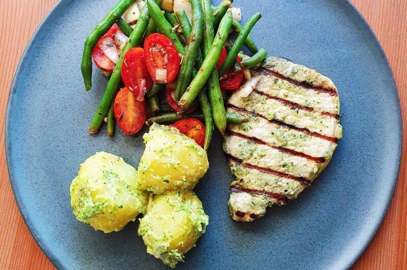 Koteletter, pestokartofler og varm bønnesalat