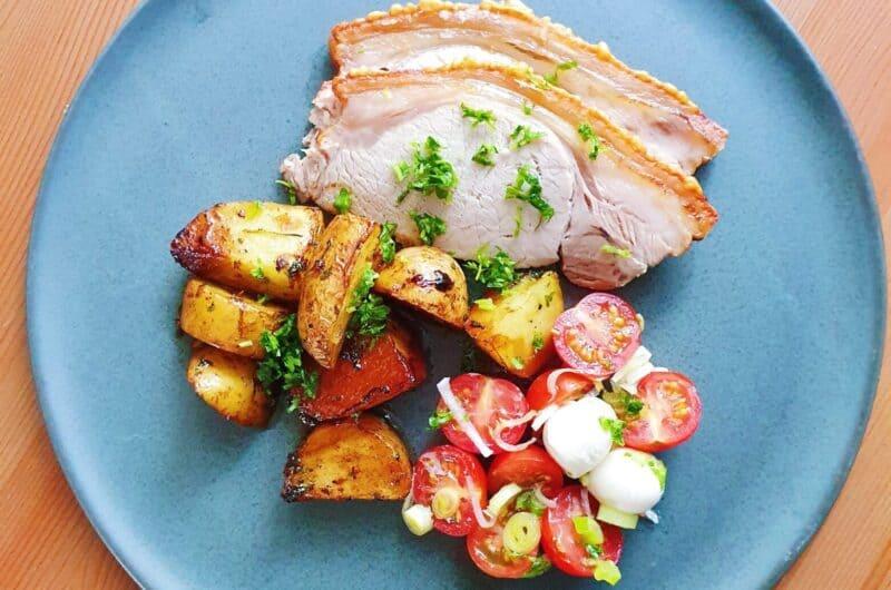 Sommerflæskesteg med syrlige kartofler og tomatsalat