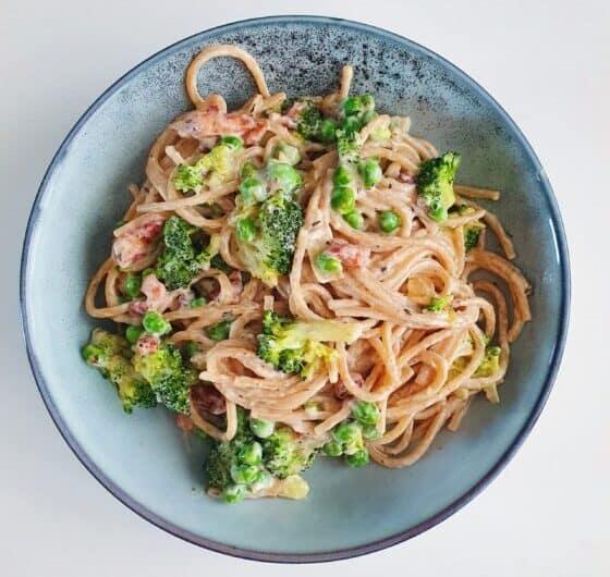 Pasta med bacon, broccoli og ærter
