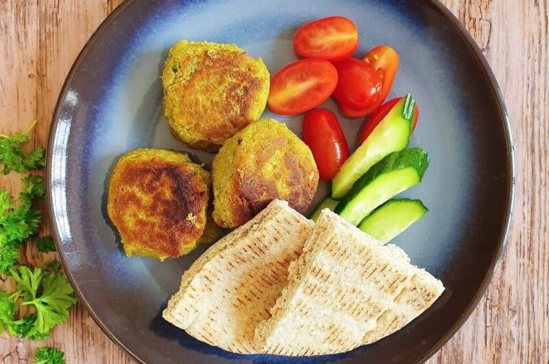 Sprøde falafler med fuldkornspita og salat