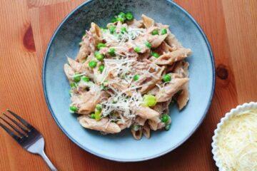 pasta tun parmesan ærter