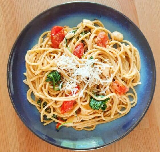 Toscansk pastaret med hvide bønner, spinat og tomater