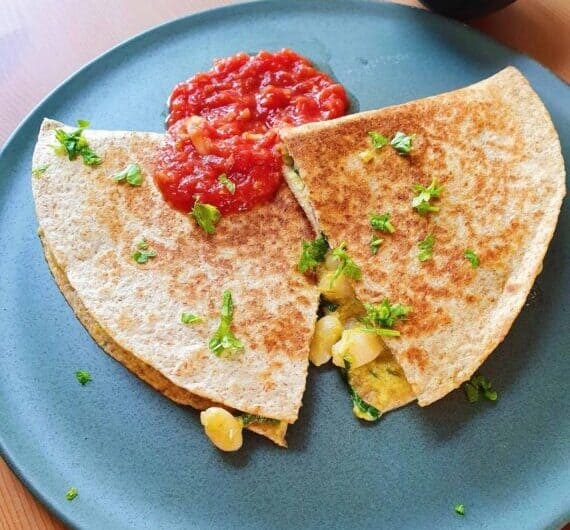 Vegetariske quesadillas med cremet bønnefyld og hjemmelavet salsasauce