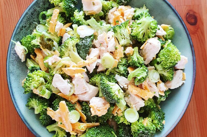 Broccolisalat med cheddar og kylling samt grove madbrød