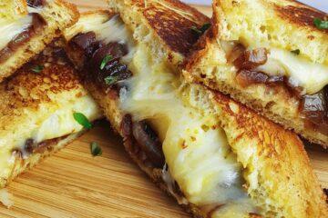 Grilled cheese sandwich med karamelliserede løg