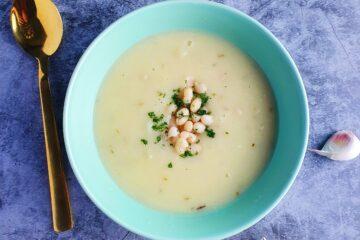 hvid bønnesuppe med hvidløg