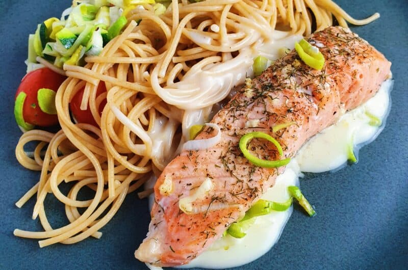 Ovnbagt laks og grønt med citronsauce og spaghetti