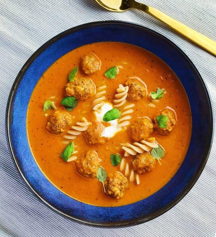tomatsuppe med hjemmelavede kødboller