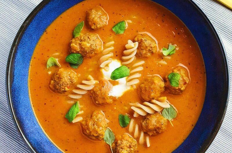 Cremet tomatsuppe med hjemmelavede kødboller