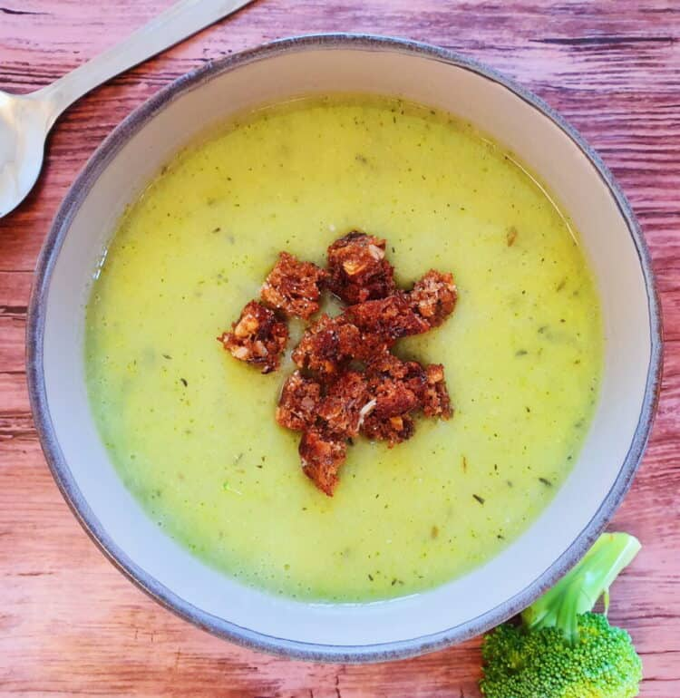 Broccolisuppe med rugbrødscroutoner