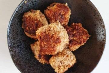 Kyllingefrikadeller med kikærter
