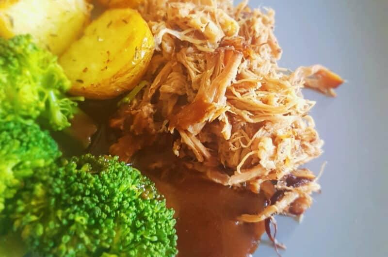 Pulled pork med bagte rodfrugter, grønt samt rødvinssauce