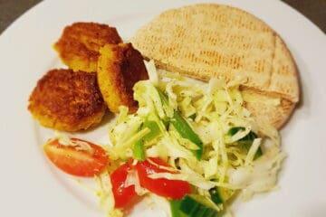 pita med bønnedeller og salat