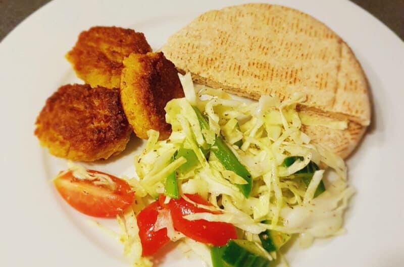 Pitabrød med krydrede bønnedeller og græsk kålsalat