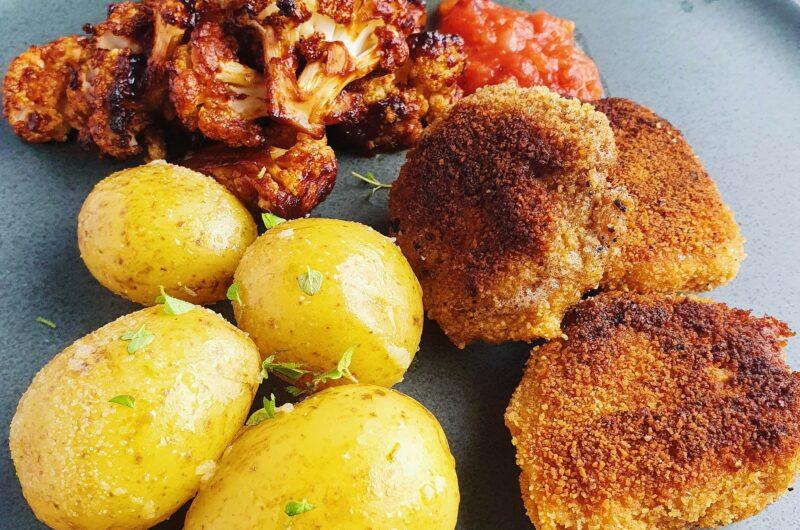 Hjemmelavede nuggets med salsasauce, bagt BBQ blomkål og hvidløgskartofler