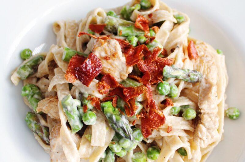 Cremet pasta med kalkun, asparges og ærter