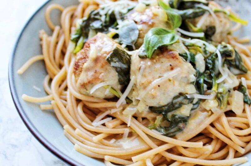 Spaghetti med kyllingekødboller i cremet spinatsauce