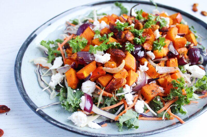 Salat med bagt græskar, løg og feta