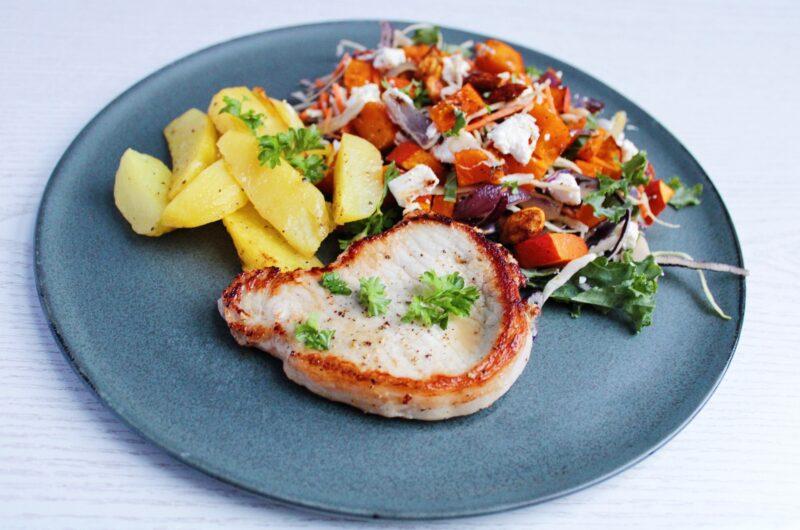 Koteletter med ovnkartofler og græskarsalat