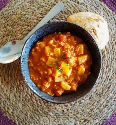 Indisk kartoffelcurry m. hjemmelavet madbrød