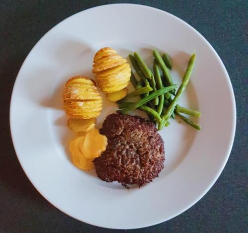 Hakkebøf m. hasselback kartofler, bønner og bearnaise