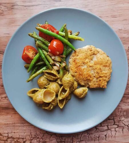 Kyllingehakkebøf m. pasta pesto og varm bønnesalat