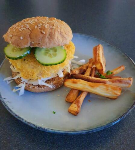 Sprøde torskeburger med citronmayo og rodfrugtfritter