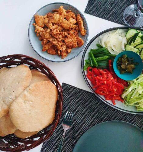 Hjemmelavet kyllingshawarma m. pitabrød og salat