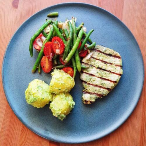 Koteletter med pestokartofler og varm bønnesalat