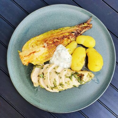 Citronkylling med nye kartofler, stegt spidskål og persilledip
