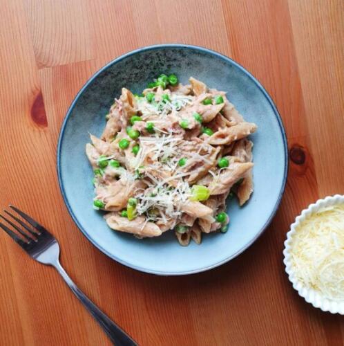 Cremet pasta med tun, ærter og parmesan