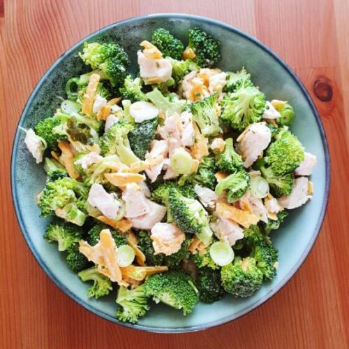 Broccolisalat med kylling og cheddar
