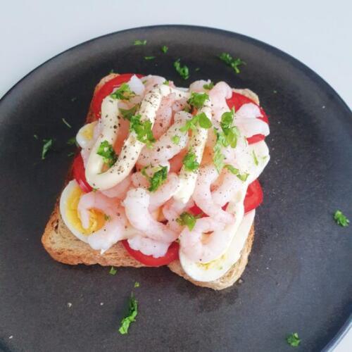 Ristet brød med æg, tomat og rejer