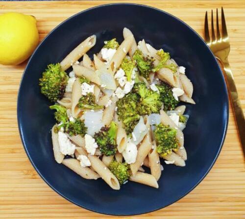 Citronpasta med bagt broccoli, løg og feta