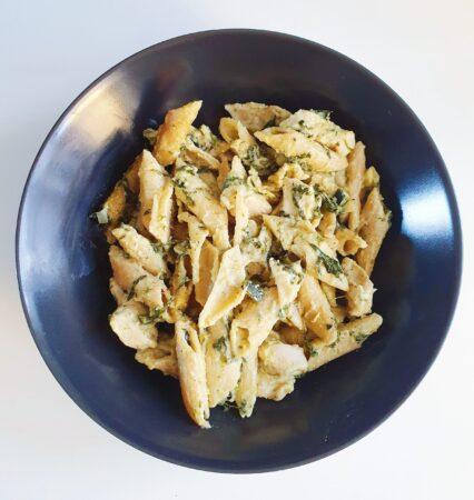 One pot pasta med kylling, spinat, squash og pesto