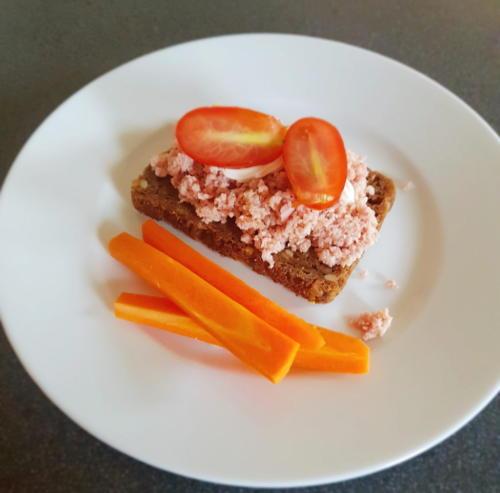 Rugbrød m. hjemmelavet skinkesalat (fuglekvidder)