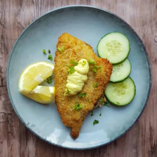 Ovnbagte fiskefileter og grøntsagsstave