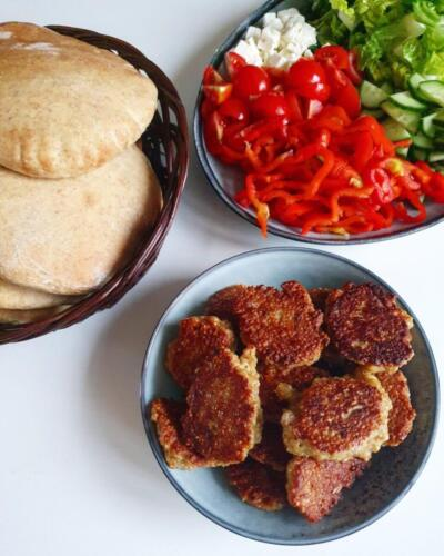 Quinoadeller med hjemmelavet pitabrød og salat