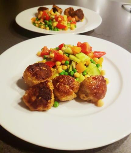 Krydrede kyllingefrikadeller med kikærtesalat og flute