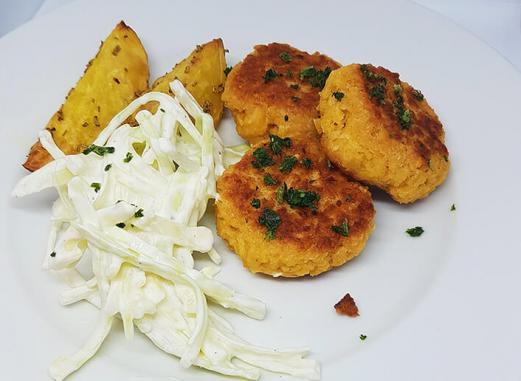 Kikærtefrikadeller m. hvidkålstzatziki og kartoffelbåde