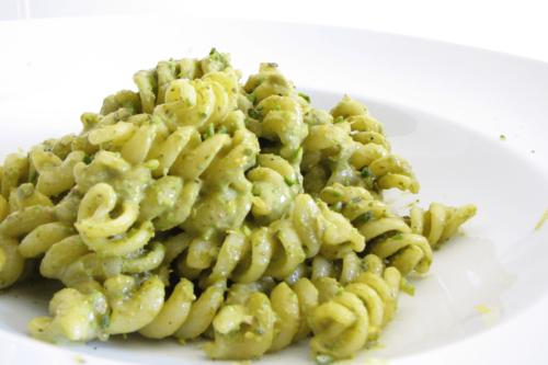 Ovnbagt kyllingebryst med ratatouille og pesto-pasta