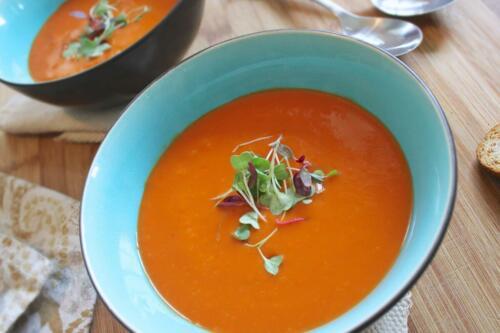 Rød linsesuppe med fraiche og rugbrødscroutoner